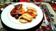 Confit de canard con guarnición de papas y peras fritas en la misma grasa del pato.